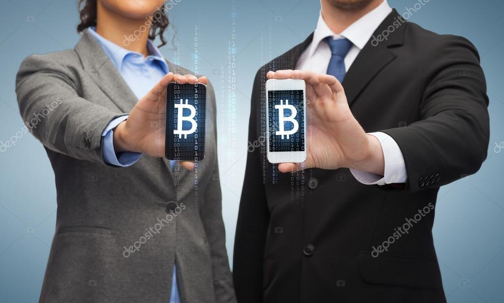 Empresário e empresária com smartphones — fotografia de stock