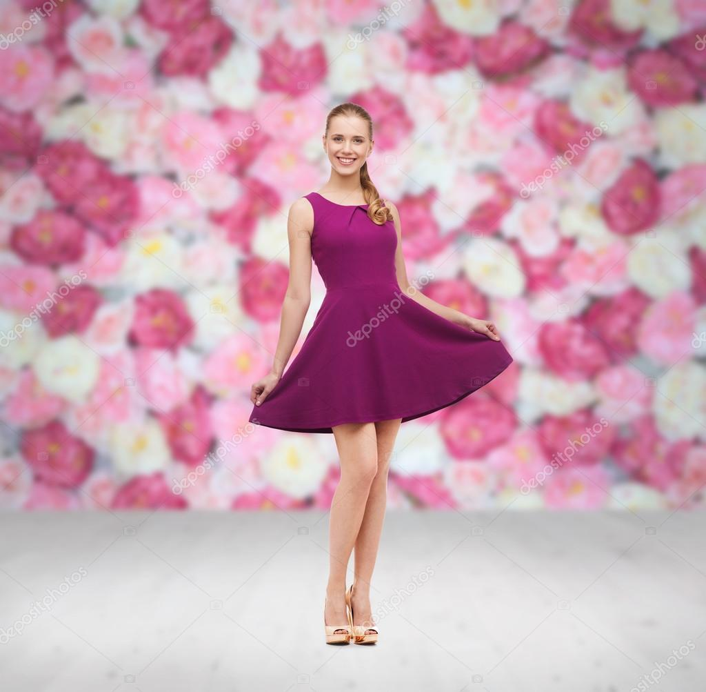 joven mujer en vestido morado y zapatos de tacón altos — Foto de ...