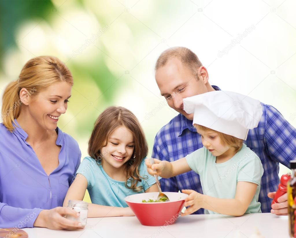 Familia feliz con dos ni os a comer en casa foto de for Concepto de la familia para ninos