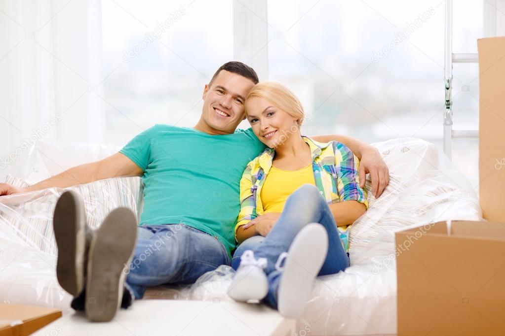Пара отдыхает на диване, эротический фильм со снегурочкой