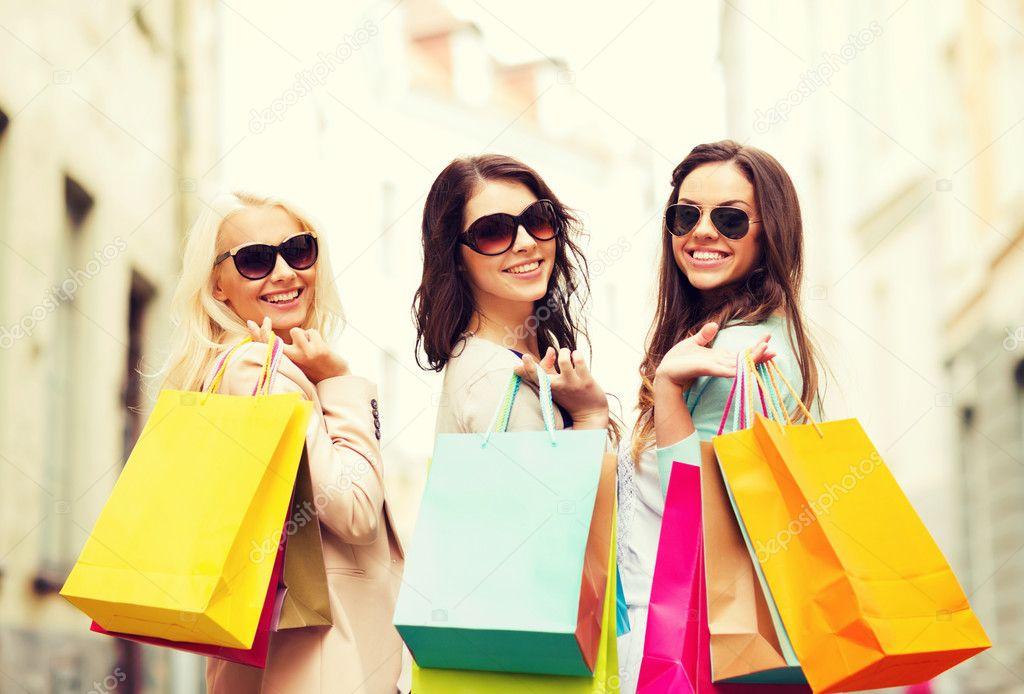 f051f40eb Meninas com sacos de compras em grosso — Fotografia de Stock