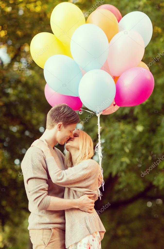 Coppia con palloncini colorati baci nel parco foto stock - Immagine con palloncini ...