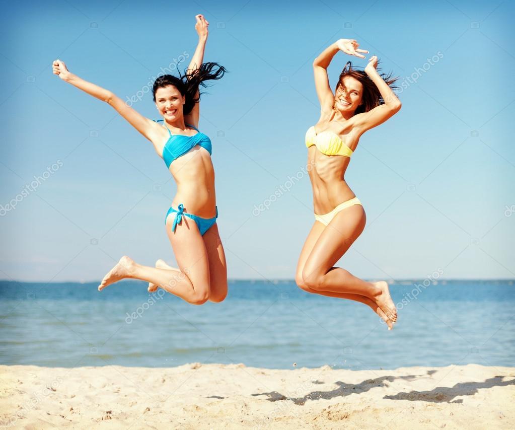 Chicas en bikinis en la playa
