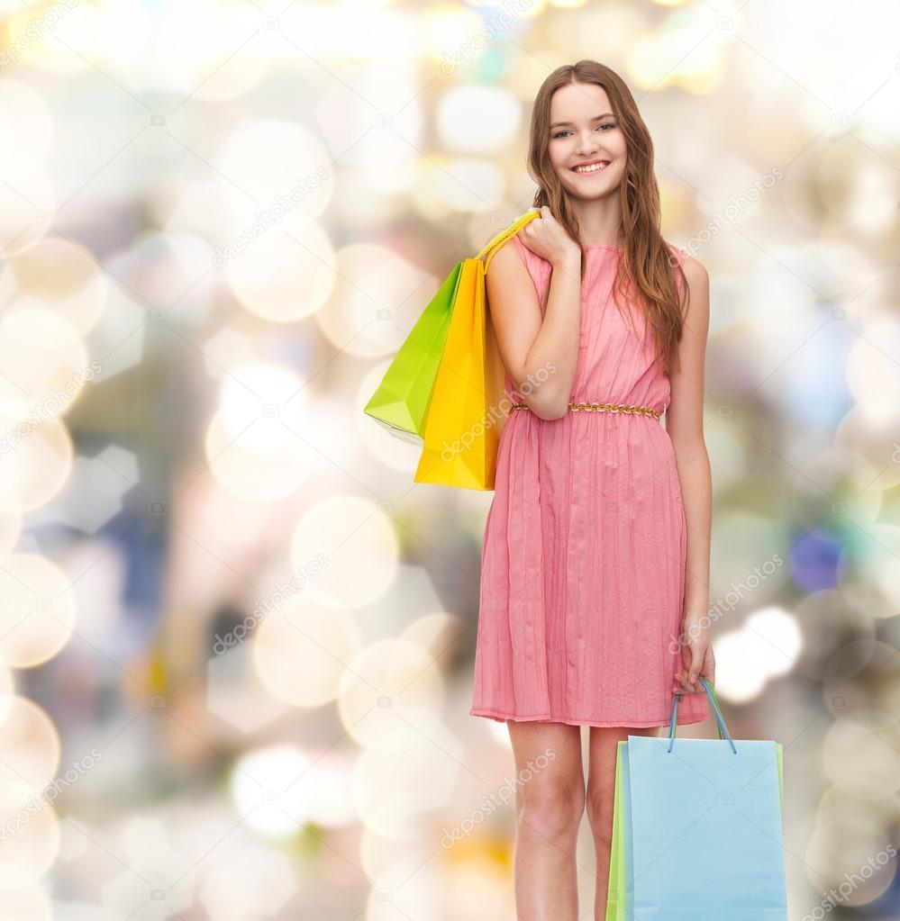 Frau Spasszeit: Lächelnde Frau Im Kleid Mit Vielen Einkaufstaschen