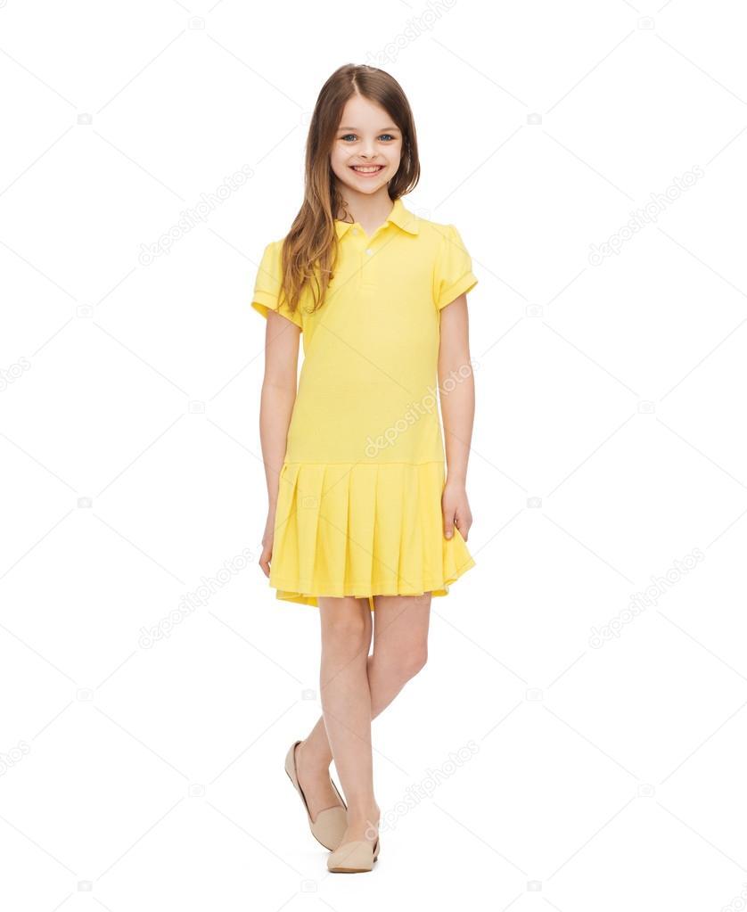 8d6d9f724bfb Notion de bonheur, l'enfance et des personnes - sourire de petite fille en  robe jaune — Image de Syda_Productions| ...