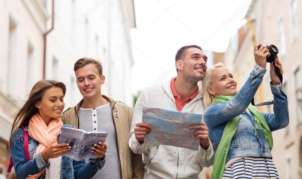 Группа друзей с Путеводитель, карты и камеры — Стоковое фото