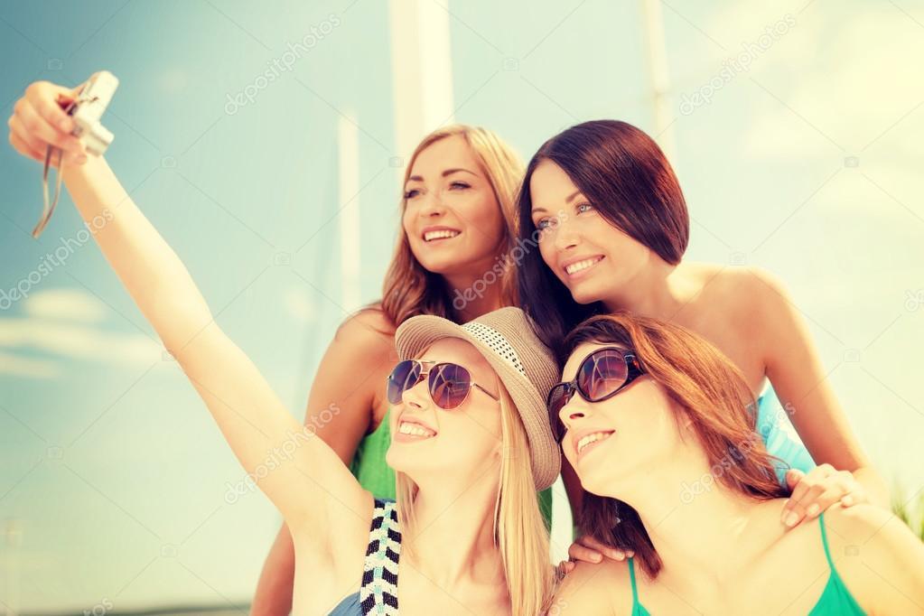 Девушки с большими сиськами на пляже стоит раком видео что