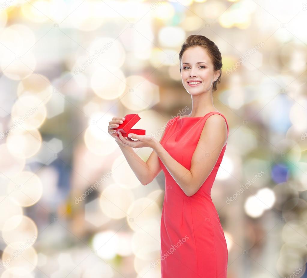 lächelnd junge Frau im roten Kleid mit Geschenk-box — Stockfoto ...