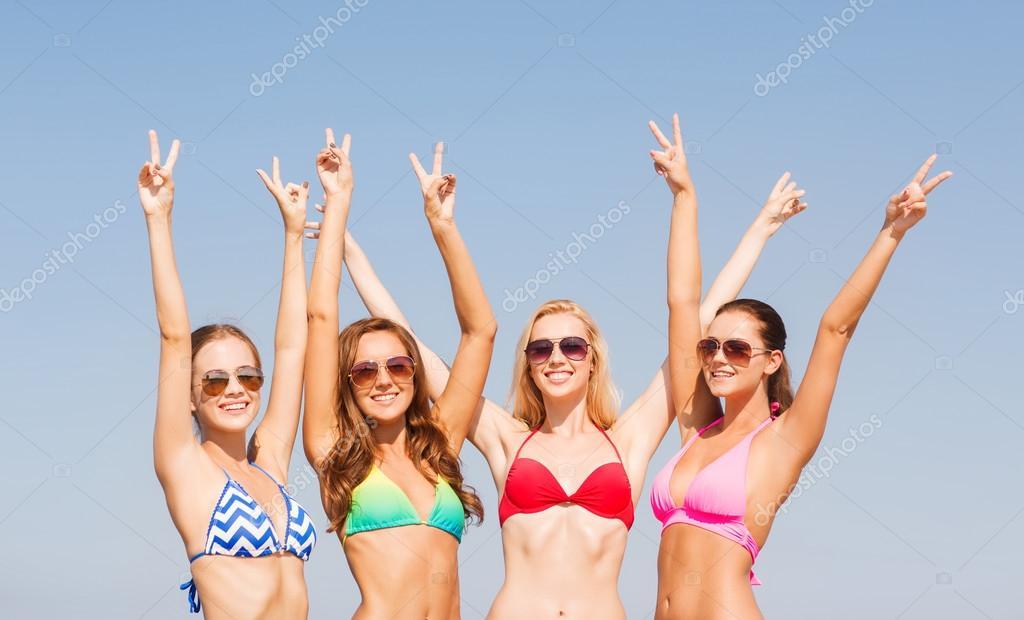 Фото группа девушек на пляже фото 383-977