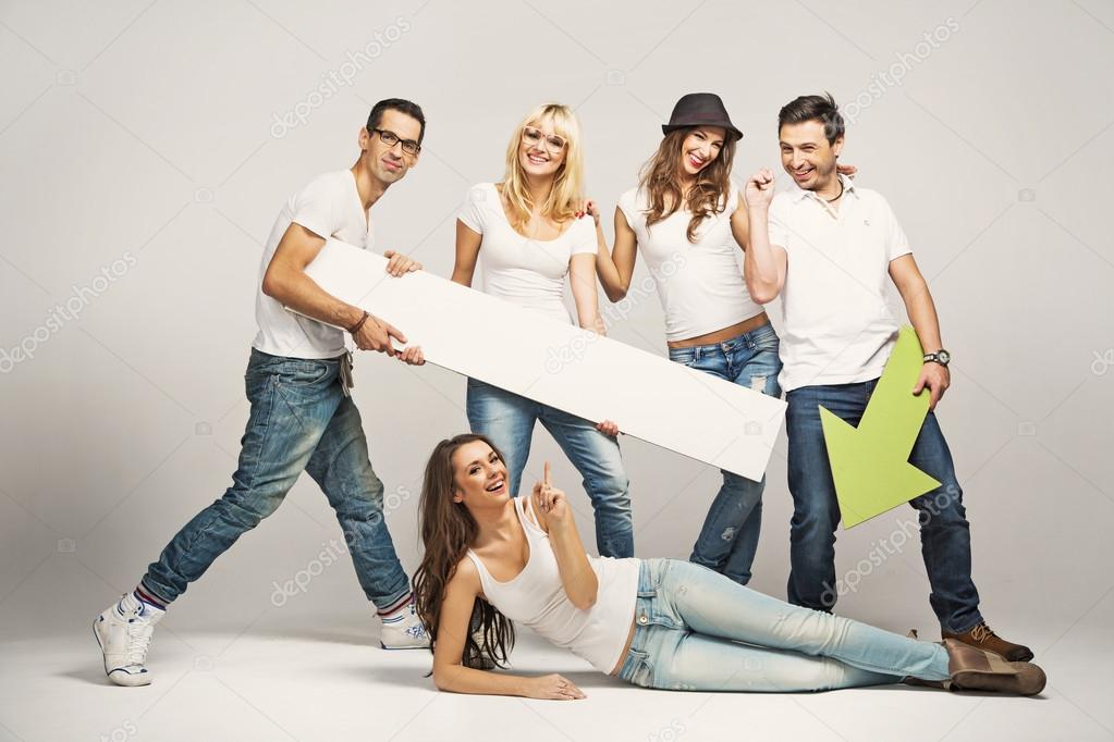 1fb83ce12dc Grupo de amigos jóvenes vistiendo camisetas blancas — Foto de konradbak