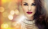 Portrét atraktivní brunetka Lady s úžasný pohled