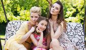 tři mladé ženy v zahradě