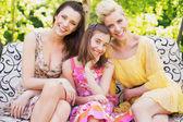 tři šťastné ženy úsměv do kamery