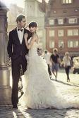 Fényképek fiatal, vonzó házasság pár az óvárosban
