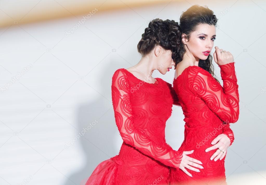 de76a5a0111b δύο δελεαστικός γυναίκες που φορούν φορέματα μεγάλη — Φωτογραφία ...