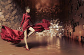 Fotografie glamouröse Frau mit wellenförmigen Kleid