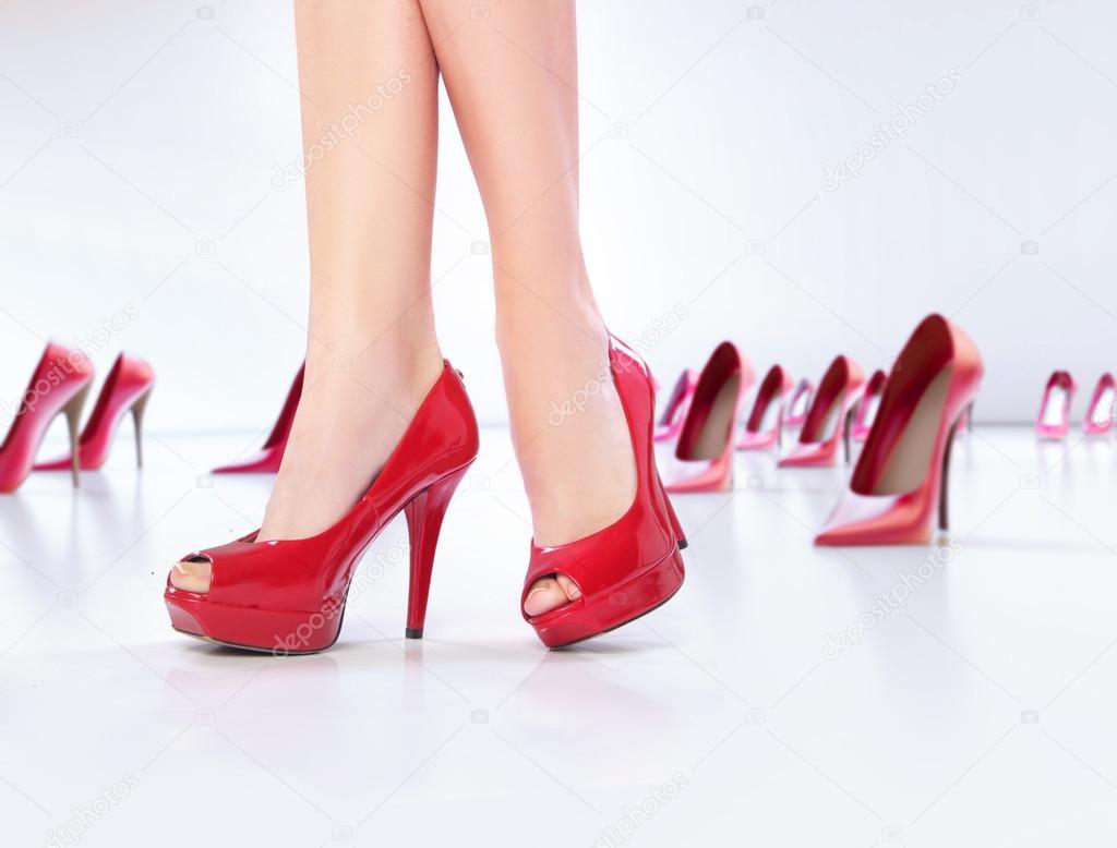 Скачать фотки девушка в красных туфлях на высоком каблуке