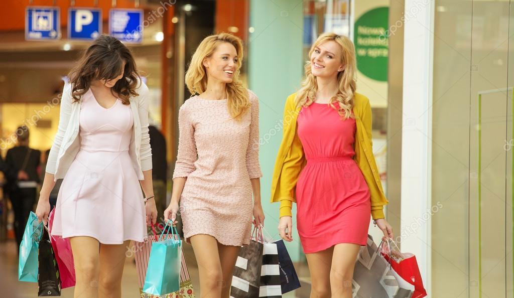 b642bccf0 Three attractive girls walking around the shopping mall — Stock Photo