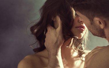 чувственная женщина, целующая ее мужа