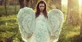Fotografie zarte Frau gekleidet als Engel