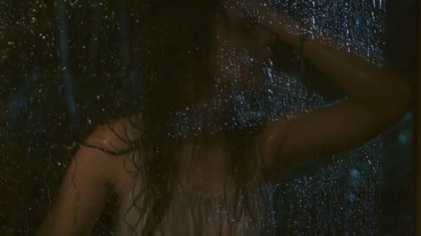 nešťastná žena během deště