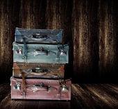 Fényképek Vintage régi bőr poggyász jelenítse meg a fa polc