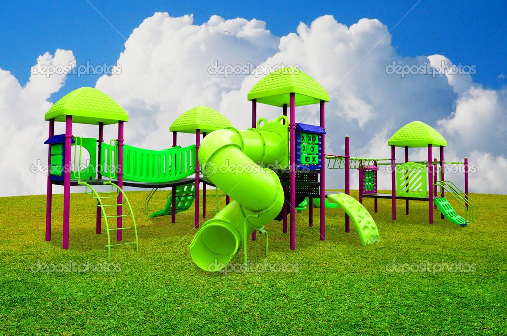 Juegos Infantiles En Jardin Con Bonito Cielo Fotos De Stock