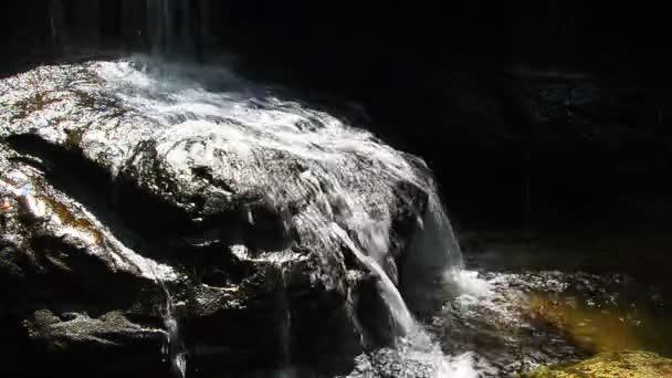 vodopád na skále na tham yai vodopád