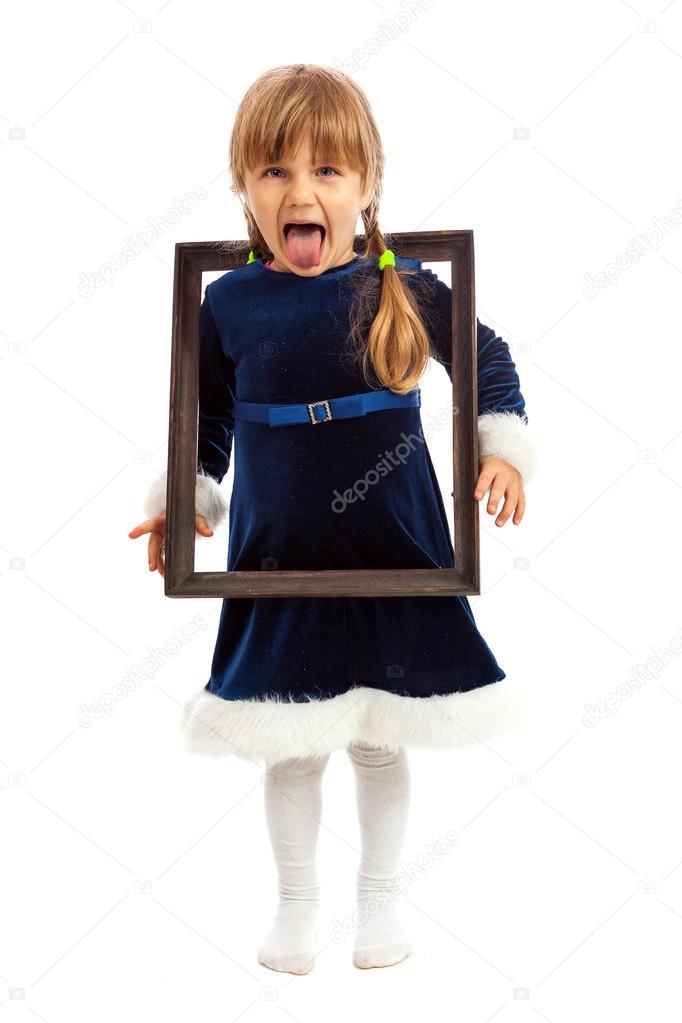 niña mirando marco de madera a través y mostrando su lengua — Fotos ...
