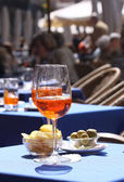Photo Aperol glasses at an outdoor cafe in Verona