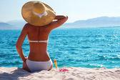 donna di riposo sulla spiaggia
