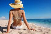 szép nő élvezi a nyaralás a tengerparton
