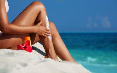 Applying sunscreen on the skin