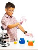 Fotografia miscelazione di prodotti chimici con contagocce