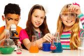 Niedliche Kinder und Chemie