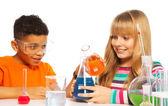 Fotografia bambini adolescenti felici in laboratorio