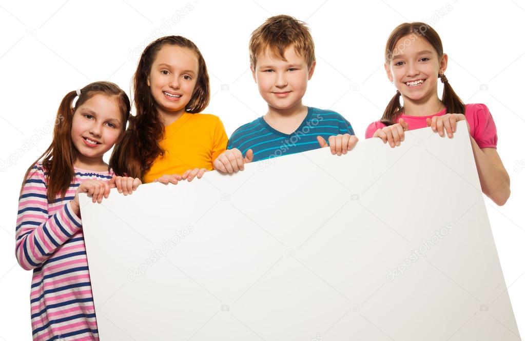 aed676c9f28 dos niños mostrando publicidad — Fotos de Stock © serrnovik #24686581