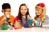 Fotografia i tre ragazzi e la lezione di chimica