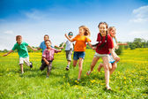 Fotografia gruppo di bambini felici in esecuzione