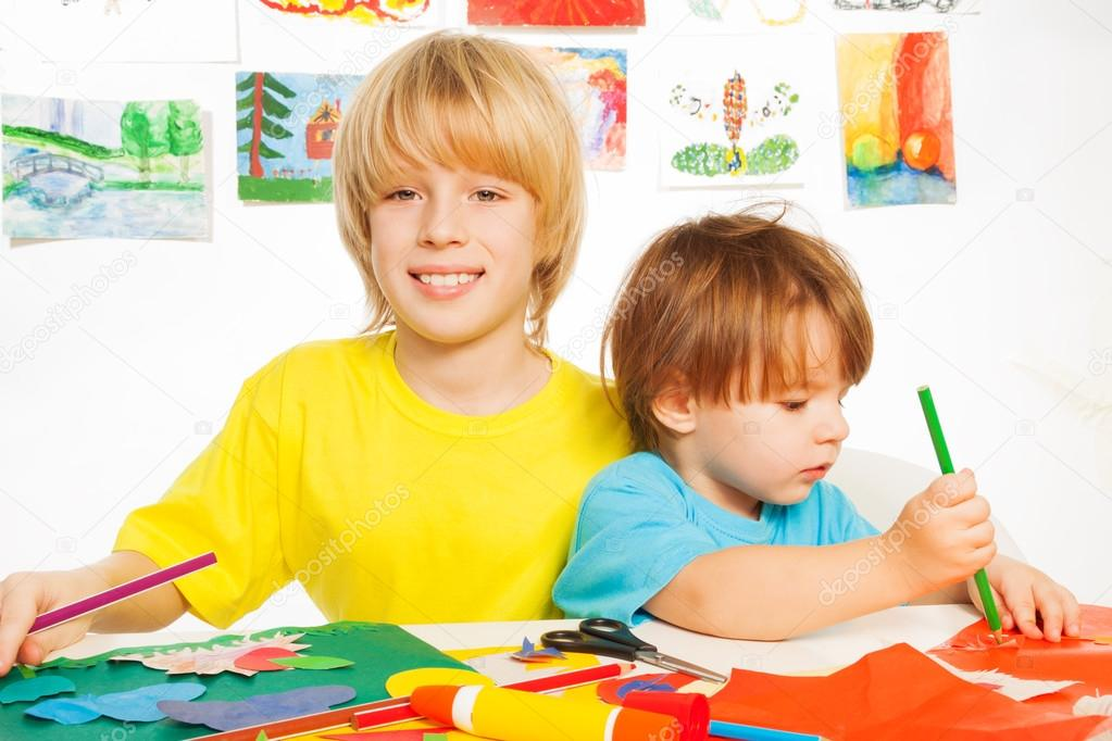 los niños dibujar corte y pegamento artesanal con papel — Fotos de ...