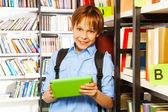 Fotografie elementära student i biblioteket
