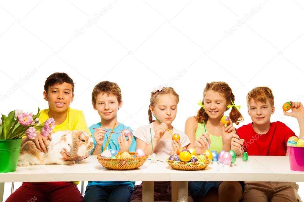 niños pintando huevos orientales — Foto de stock © serrnovik #47611145