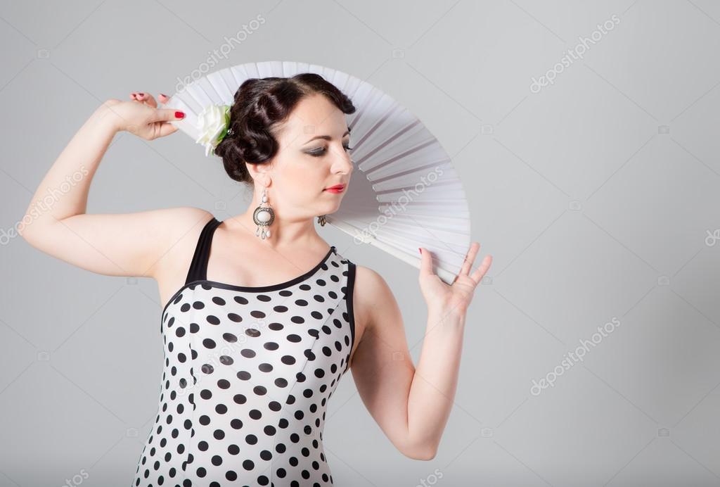 b3b8a543bf Joven hermosa morena femenina española bailaor flamenco blanco y negro  vestido posando con ventilador blanco en estudio sobre fondo gris — Foto de  alkiona25
