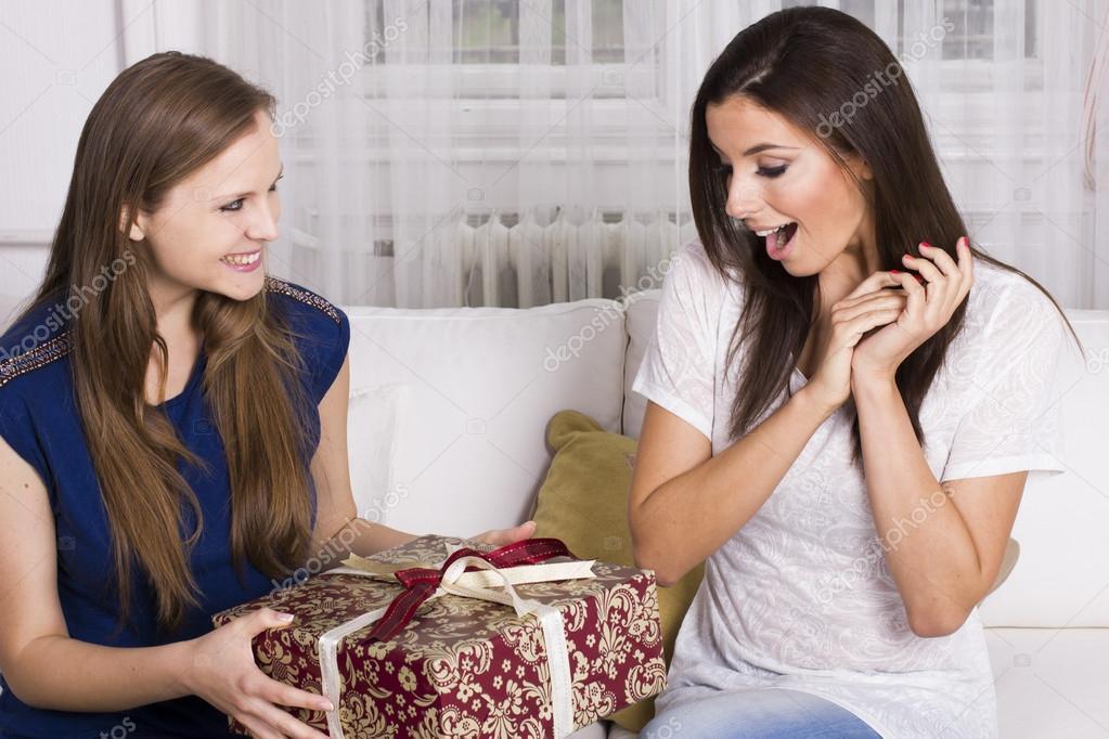 Если дарят цепочку подруга лесбиянка это