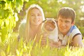 roztomilý pár se baví s jejich psem v parku