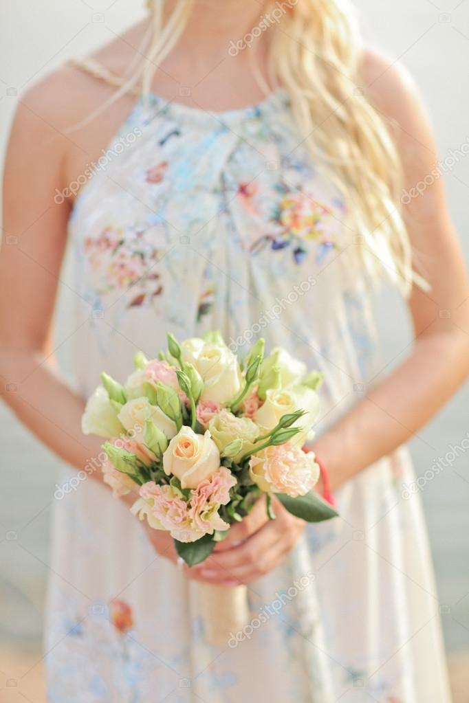 Beige Und Weiss Hochzeitsstrauss Rosen In Den Handen Der Braut