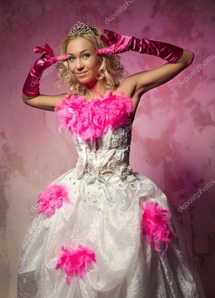 hermosa mujer en vestido de novia posando en el interior — Fotos de ...