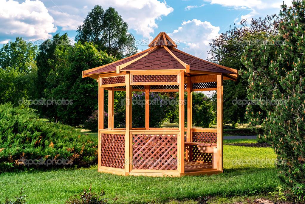 Kiosque de jardin en bois sur fond de paysage de l\'été ...