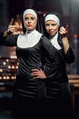 Photo Attractive young nuns posing in the church