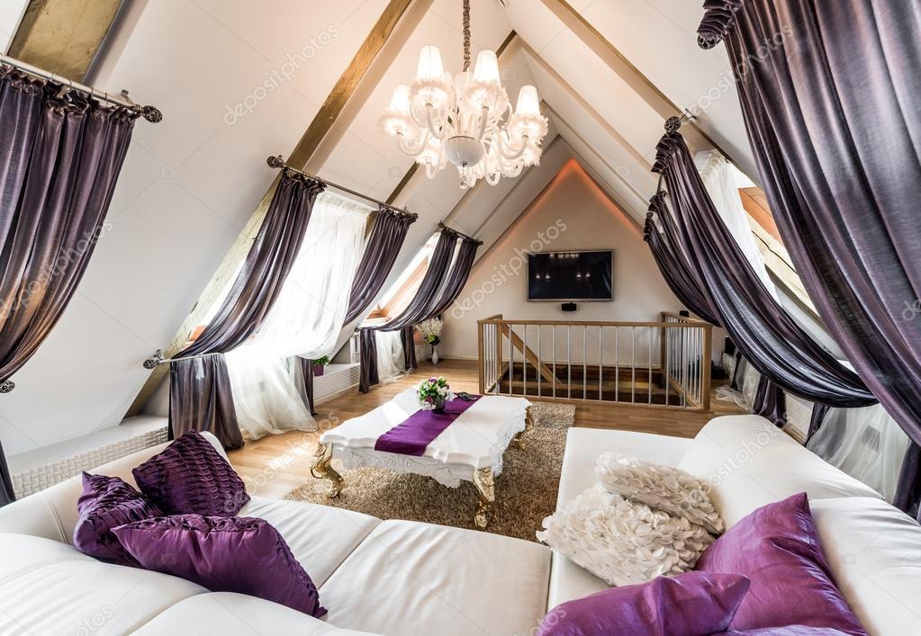 Woonkamer Op Zolder : Interieur van modieuze woonkamer op de zolder u stockfoto amoklv